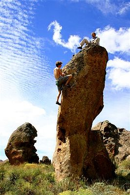 Romain grimpe et Cédric bronze … (photo Alex Chabot)