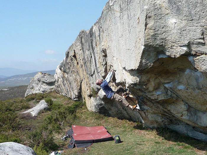 Eric sur la barre du début de Zona Cerro, Santa Gadea