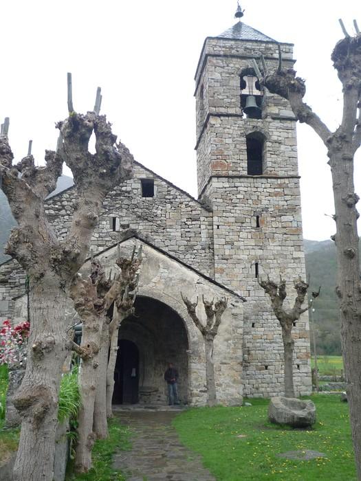 La vallée est pleine de belles églises romanes