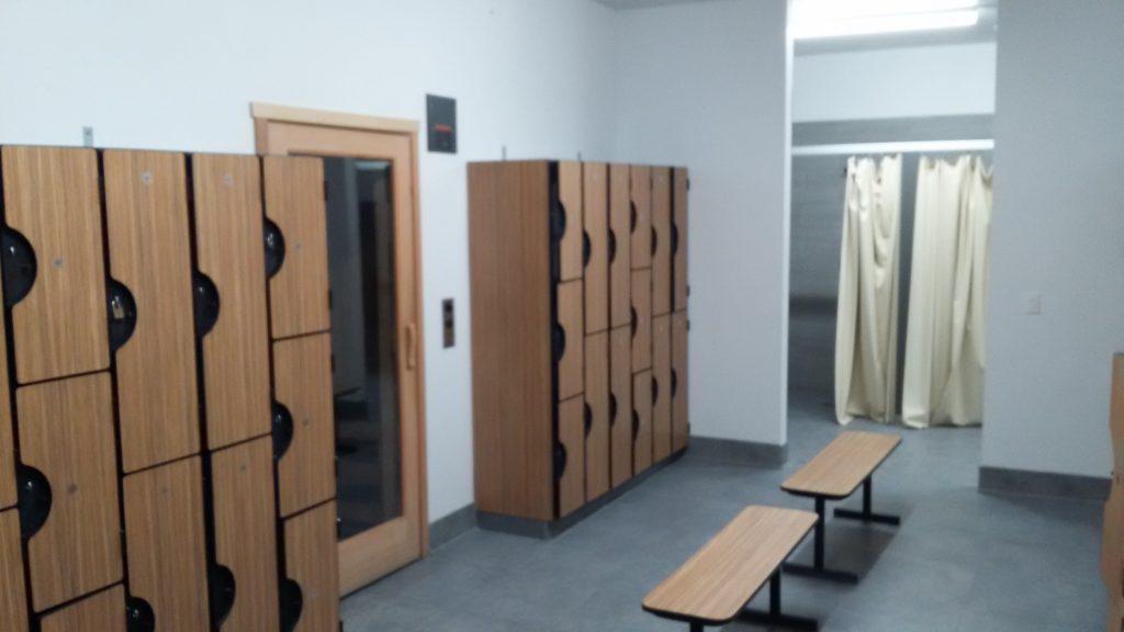 Des beaux casiers pratiques entourent l'entrée du sauna...